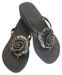 Olivia Miller Size 8.00 M Very Good Condition Gray, Silver Sandals