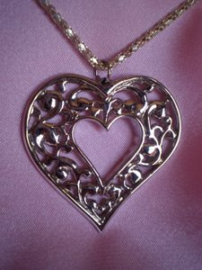 Like new scroll heart necklace