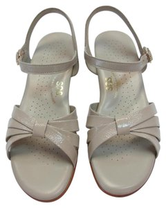 Sasha Size 7.50 Narrow Very Good Condition Neutral Sandals
