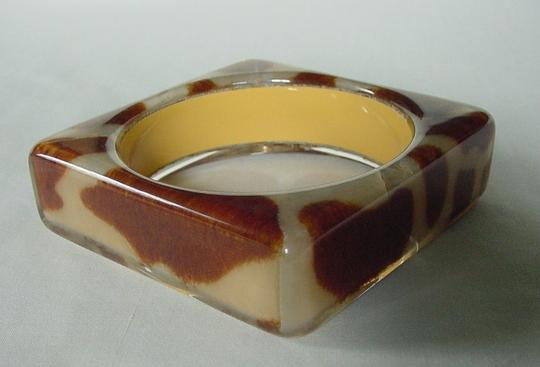 Other GORGEOUS MODERNIST BROWN & CREAM COWHIDE PATTERN LUCITE BRACELET Image 1