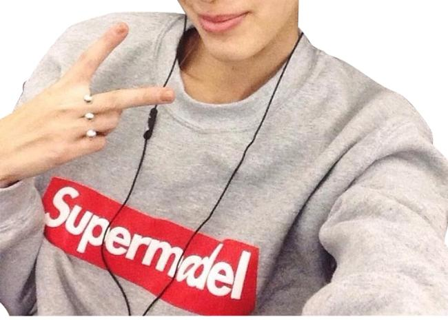 Item - Grey Supermodel XS Supreme Blogger Model Printed Sleeves Sweatshirt/Hoodie Size 0 (XS)