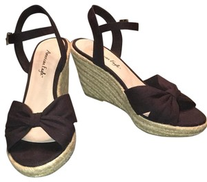 American Eagle Outfitters Black bow with creme Wedges