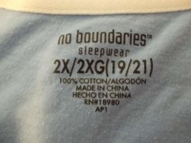 No Boundaries Sleepwear With Sleeves And Front And Back Design Hangs Below Waist Collar T Shirt White/light blue