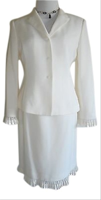 Preload https://img-static.tradesy.com/item/15258880/tahari-pearly-ivory-excellent-condition-size8p-skirt-suit-size-petite-8-m-0-1-650-650.jpg