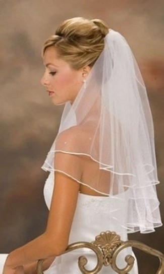 Preload https://item1.tradesy.com/images/white-medium-2-tier-pearl-ribbon-with-comb-bridal-veil-154465-0-0.jpg?width=440&height=440