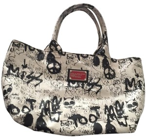 Marc by Marc Jacobs Tote in White With Black Print