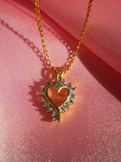 RSE Like new Vintage gold heart w/green stones necklace