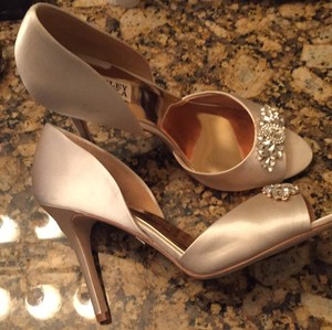 Badgley Mischka Ivory Satin Pumps Size US 8.5 Regular (M, B)