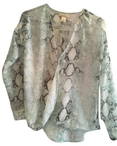 Arden B. Top charcoal, white and light green snakeskin print