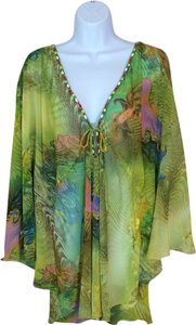 Designer on picture. I cannot make it out myself. Top Green/multi