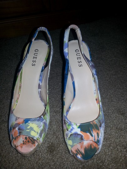 Guess Multicolor Pumps
