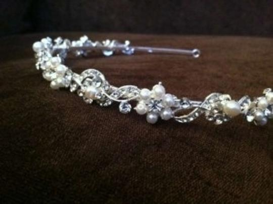 Preload https://img-static.tradesy.com/item/157890/crystal-and-pearl-delicate-floral-flower-vine-tiara-0-0-540-540.jpg