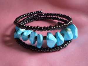 Unknown Like new Faux turquoise & black beads bracelet