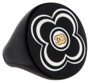 Chanel Black resin Chanel floral interlocking CC logo cocktail ring