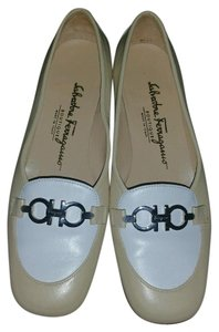 Salvatore Ferragamo begie/white Pumps