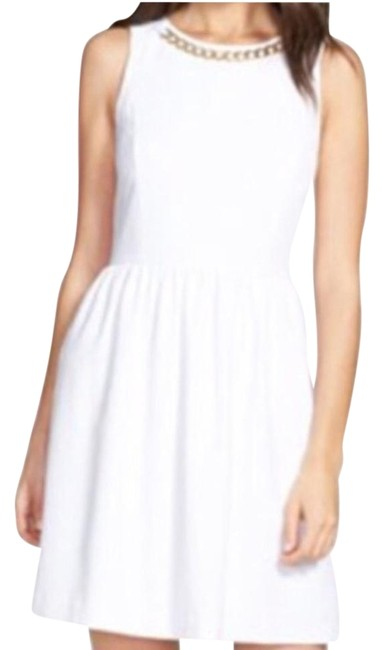 Preload https://img-static.tradesy.com/item/15850069/kensie-white-with-gold-chain-detail-above-knee-cocktail-dress-size-4-s-0-1-650-650.jpg