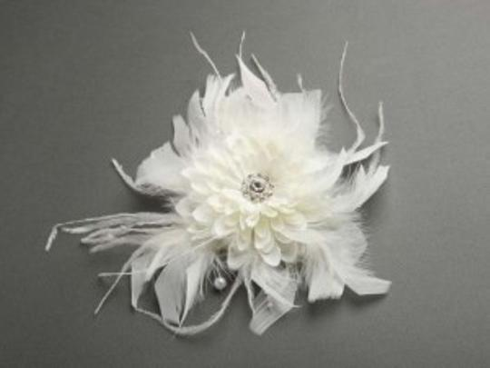 Preload https://item2.tradesy.com/images/ivory-silk-floral-dahlia-clip-fascinator-with-feathers-hair-accessory-158586-0-0.jpg?width=440&height=440
