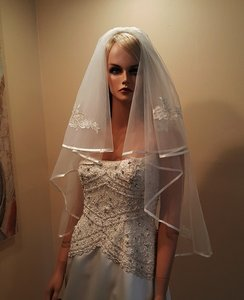 Bridal Ivory Fingertip 2 Tier Veil With Ribboned Edge Lace Appliques With Gold Threads