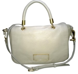 Marc by Marc Jacobs Tote Satchel in Creme / Cream / Tracker Tan