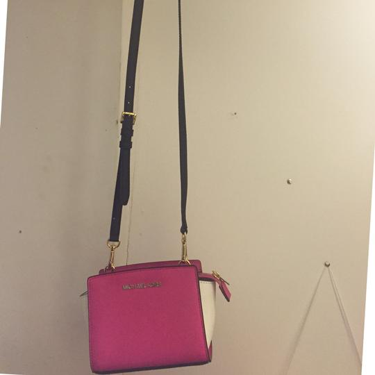 Michael Kors Selma Mini Messenger Hot Pink + White Cross Body Bag ... f54147f42aa0d