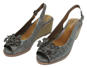 Michelle D New Size 8.50 M Leather Excellent Condition Silver, Neutral Wedges