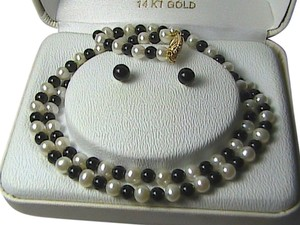 JC Penney 14k Yellow Gold Pearl & Black Onyx Necklace & earrings Set