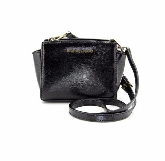 Preload https://img-static.tradesy.com/item/16328026/michael-kors-selma-mini-cross-body-black-lacquered-saffiano-leather-messenger-bag-0-1-540-540.jpg