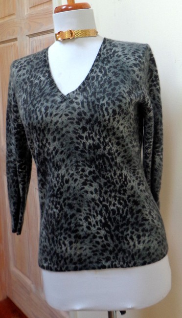 Preload https://img-static.tradesy.com/item/16368289/gray-animal-print-cashmere-34-length-sleeve-sweaterpullover-size-8-m-0-0-650-650.jpg