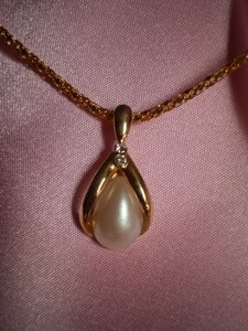 Avon AVON teardrop pearl & crystals necklace
