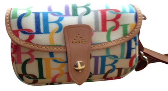 Preload https://img-static.tradesy.com/item/1642187/dooney-and-bourke-db-signature-multi-on-cream-background-coated-canvas-wristlet-0-0-540-540.jpg