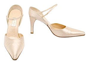 Vera Wang Evening Shoe Beige Satin Pumps