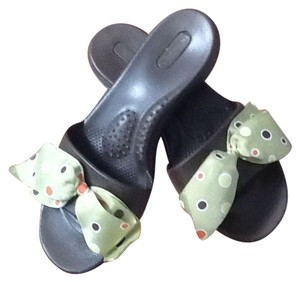 OKA b. Brown, green bow with circles of color Sandals