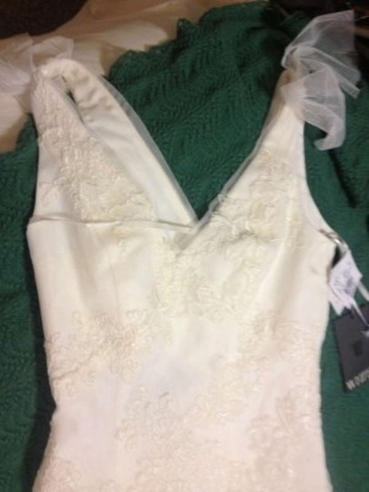 White Lace and Nettings V Neck Soft A Line Gown Feminine Wedding Dress Size 4 (S)