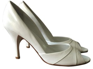 Maripé White Pumps