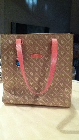 Dooney & Bourke Tote in beige/pink