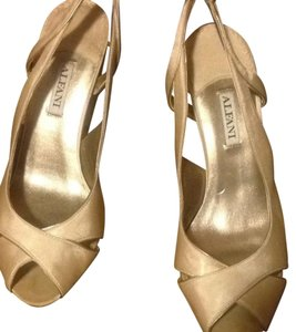 Alfani Cream Pumps