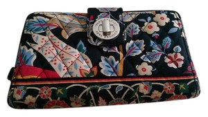 Vera Bradley VERA BRADLEYS LARGE QUILTED WALLET WITH MANY COMPARTMENTS.
