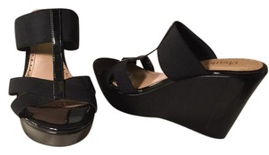 Charles David Black on black Wedges