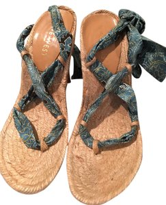 Nine West Straw base with green multicolored material. Wedges