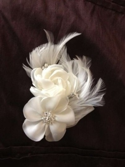 Preload https://item2.tradesy.com/images/ivory-flower-piece-hair-accessory-167501-0-0.jpg?width=440&height=440