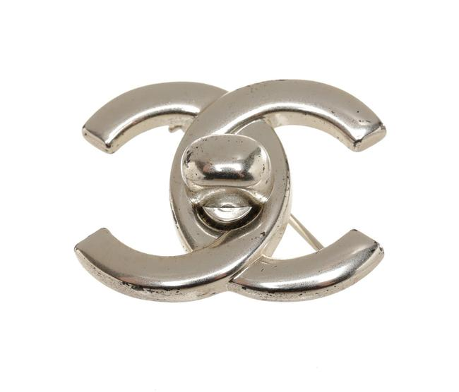 Item - Silver Cc Turnlock 96p Brooch/Pin