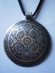 New Round silvertone oriental necklace