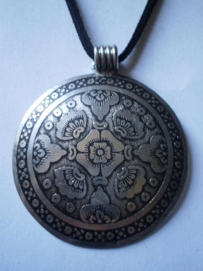 Other New Round silvertone oriental necklace