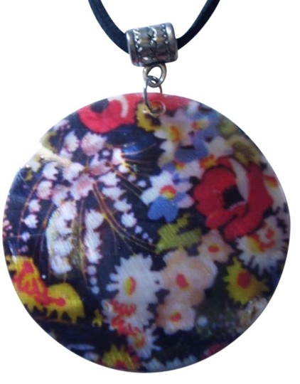 Preload https://img-static.tradesy.com/item/168887/flowers-on-mother-of-pearl-necklace-0-0-540-540.jpg