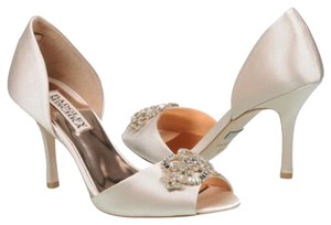Badgley Mischka Vanilla Pumps
