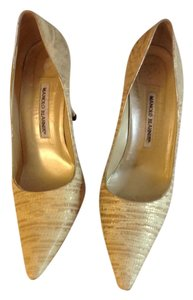 Manolo Blahnik Classic Coveted Leather Rare Wardrobe Pale Yellow with Gold Pumps