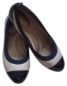 Me Too Size 9 Black and Taupe Flats