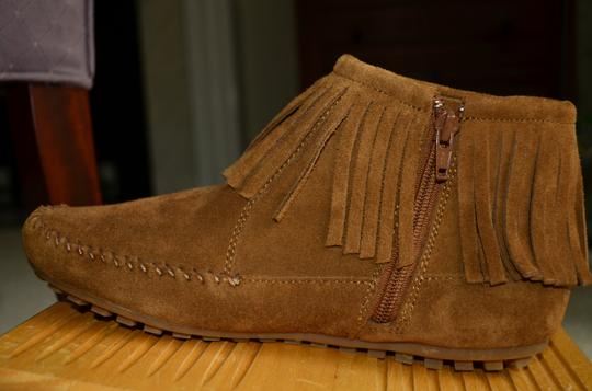 Minnetonka Moccasin Fringe Feather Suede Boho Flat Brown/tan Boots