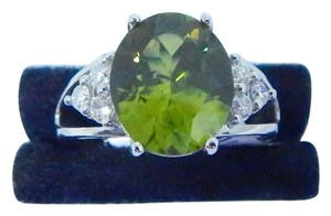 CLASSY OVAL SHAPE PERIDOT RING DIAMOND IN SHANK/SPLIT-SHANK 14KT WHITE GOLD