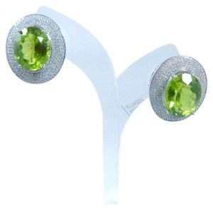 STUNNING OVAL SHAPE STARBURST CUT PERIDOT EARRINGS 23.5 CT. 2.85 CT (TOTAL) IN FOUR-PRONG EARRINGS SETTING 14KT WHITE GOLD